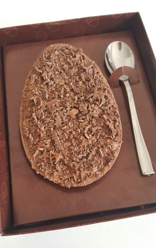 Ovo de páscoa de colher recheado com mousse de chocolate trufado. Foto: cintiacosta.com
