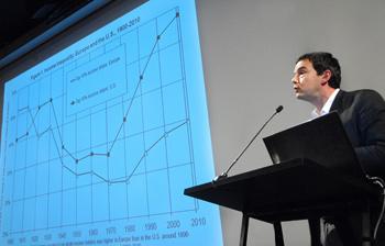 """Piketty durante su presentación en la cátedra """"Globalización y Democracia"""" de la UDP."""