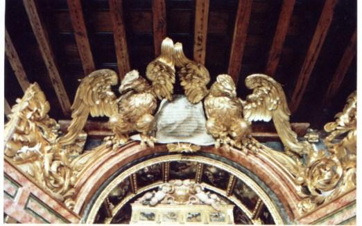 Retablo de Nuestra Sra. de Guadalupe. Claustro alto de las Descalzas Reales. Madrid. Detalle de las águilas que coronan con la dedicatoria.