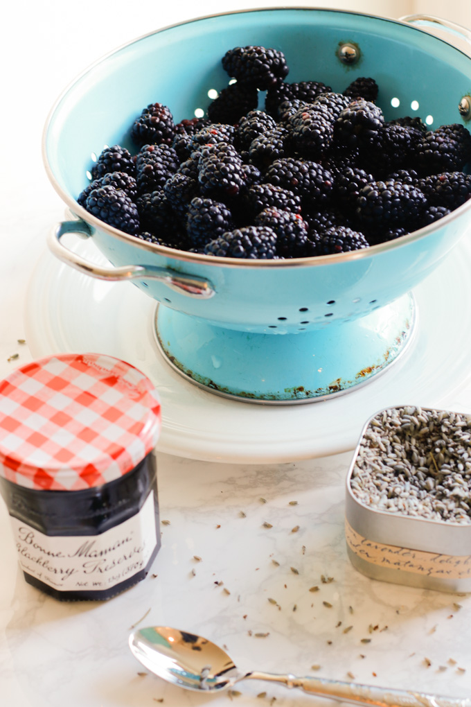 Victoria Sponge Cake with Blackberries and Lavender Cream - This Victoria sponge cake takes the traditional sponge cake to the next level. Talk about a stunning dessert. | circleofeaters.com