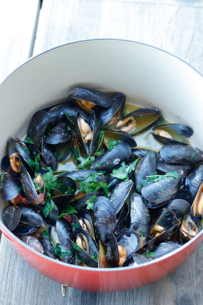 Mussels with Saffron Butter and Tomatoes - Delicious and easy tapas | circleofeaters.com
