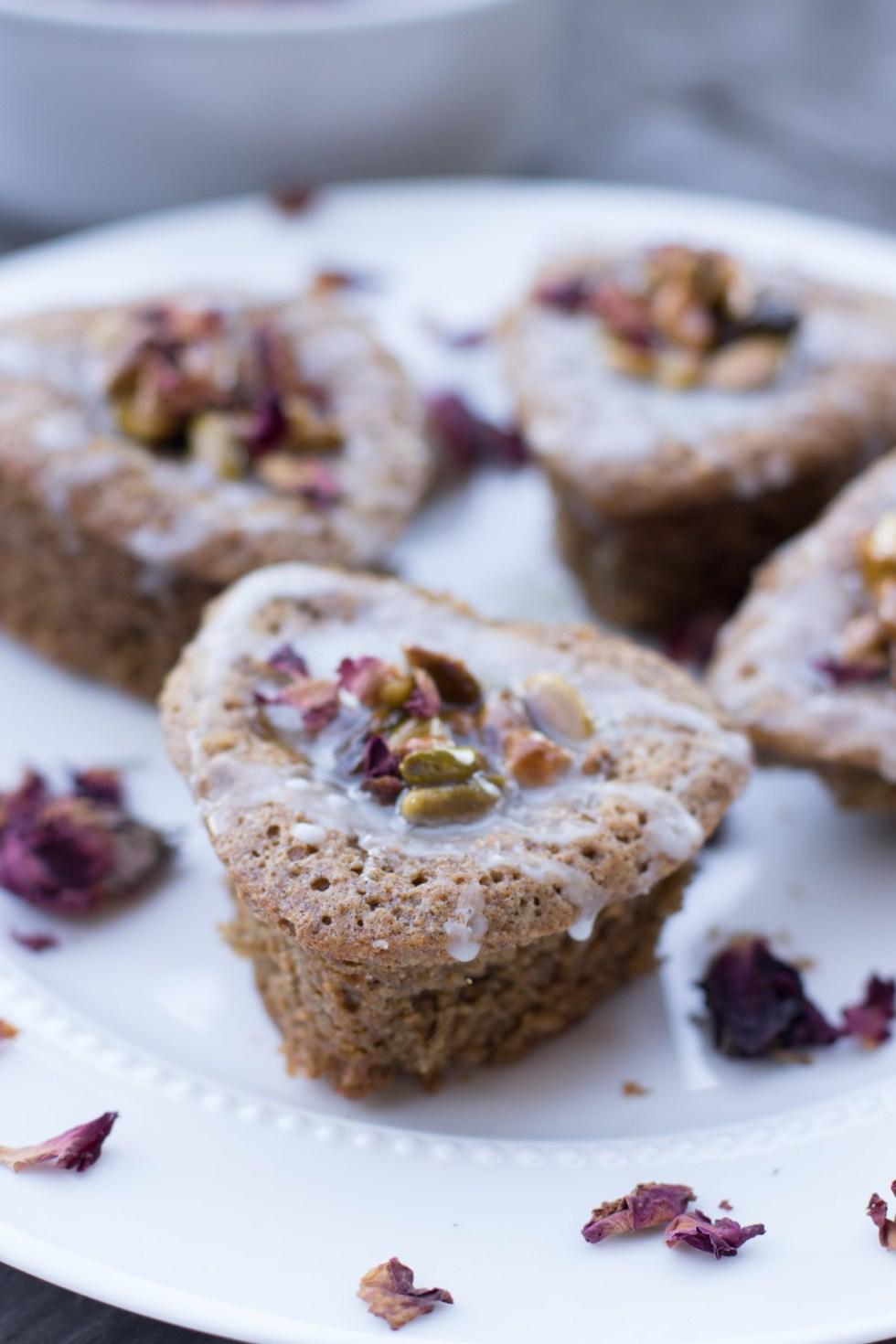 Pistachio, cardamom and lemon drizzle cake | circleofeaters.com