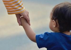 In all diesen Fällen wird das Kind lernen Verantwortung zu tragen, die nicht die seine ist. Da die Bindung an die Mutter und die Familie für das Kind überlebenswichtig sind, und weil es in gewissen Altersstufen noch gar nicht so genau zwischen 'Ich' und 'Du' unterscheiden kann, beginnt das Kind sich an die Überforderung der Eltern anzupassen.
