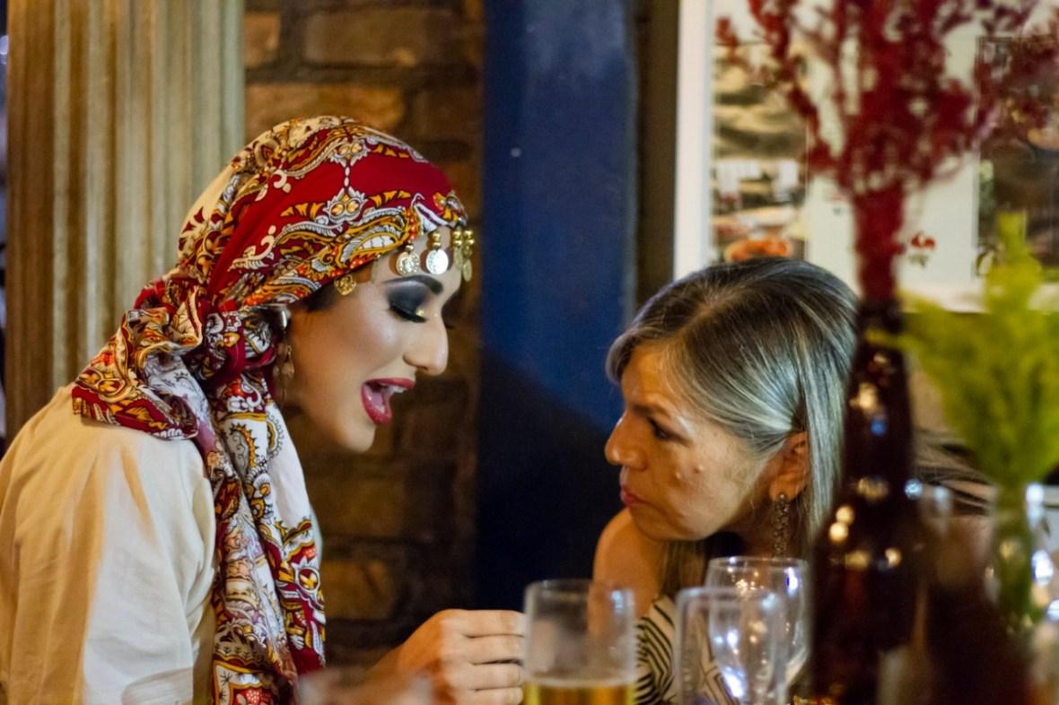 Atração Cigana de Humor e Circo Eventos interagindo com os convidados e lendo Tarô no evento Casamento de João e Cesar, Restaurante o Velhão Mairiporâ SP.