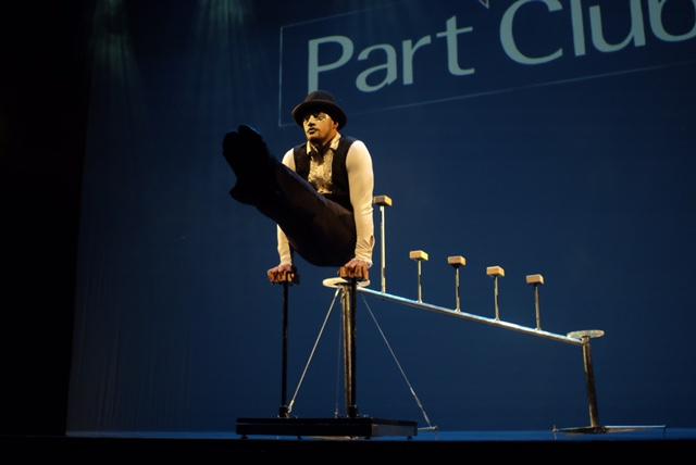 Performance parada de mãos e acrobacia para abrir o evento de premiação Part Club realizado no Teatro Porto Seguro, São Paulo.