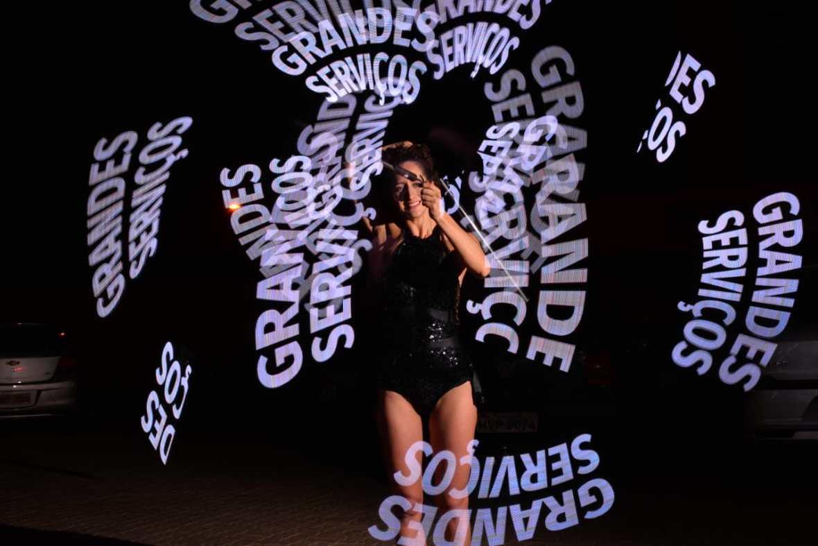 Logo com luzes e frases em apresentação inovadora de Pixel Poi malabares com logomarca, a atração de Humor e Circo Produtora se apresentou no evento da Pioneer realizado no Cafe de la Musique em Palmas TO.