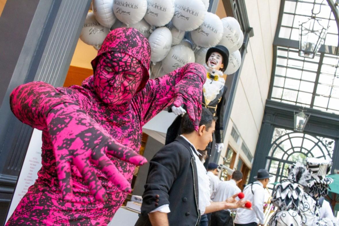 Mímico surreal itinerante em evento comemoração dos 20 anos do Shopping Patio Higienópolis em São Paulo.