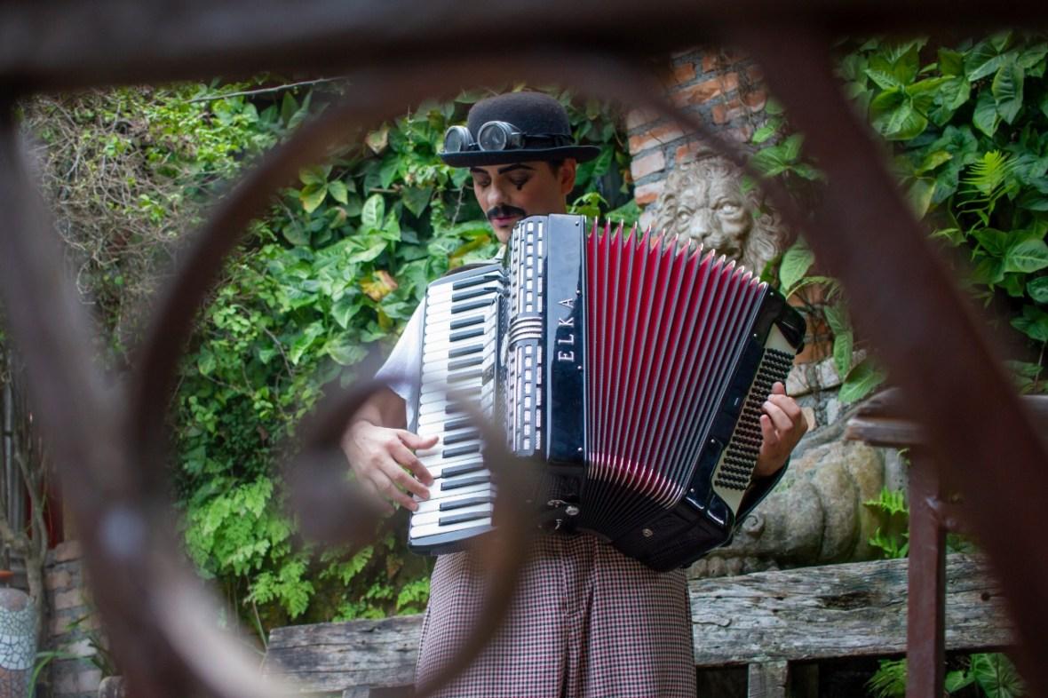 Sanfoneiro toca musicas circenses e ciganas durante recepção de evento Casamento em São Paulo.
