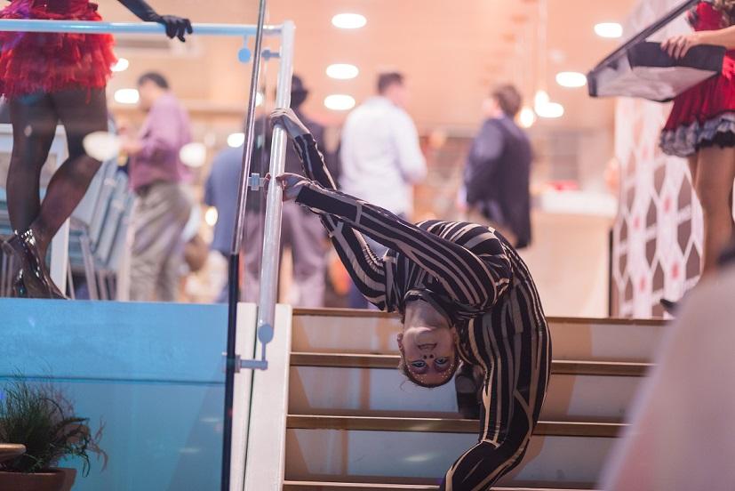 """Atração contorcionista para evento imauguração do escritorio de coworking da empresa Regus. O evento temático """"Spaces Circus"""" aconteceu no Teatro Riachuelo Rio RJ."""
