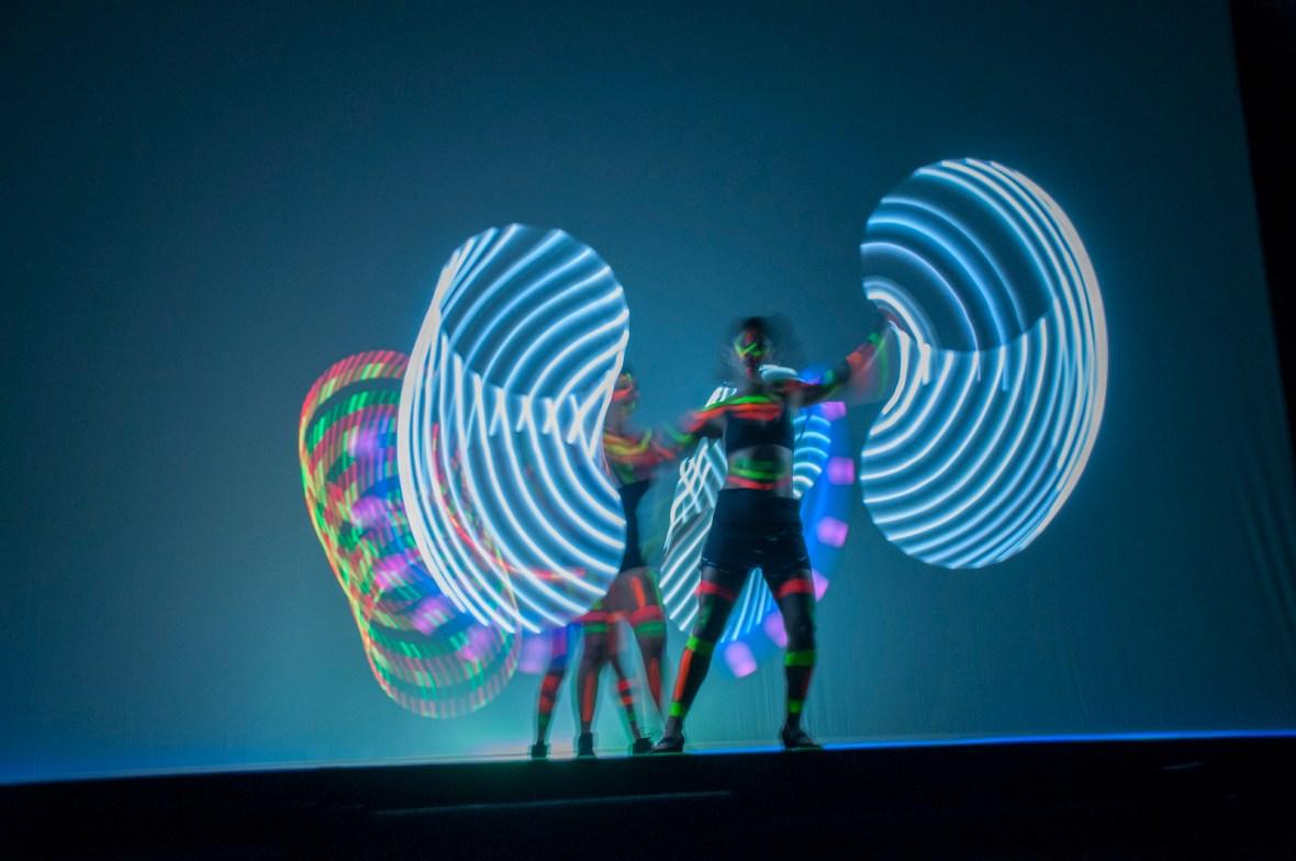 Show neon fluorescente com malabaristas de luzes se apresentou entre premiações durante o evento Part Club