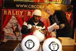 Iya Traore firmando balones en el Circo Raluy