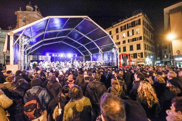 nel riquadro rosso, la dimensione delle casse acustiche rispetto alla piazza e al palco