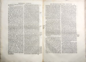 An opening of a two column text in latin.