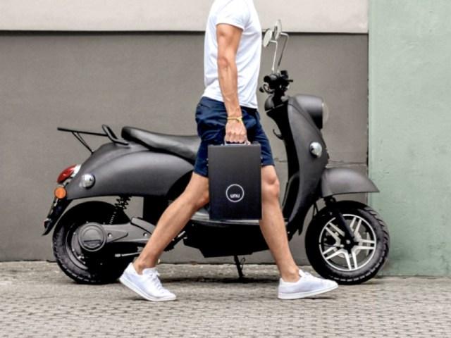 scooter électrique unu à l'arrêt