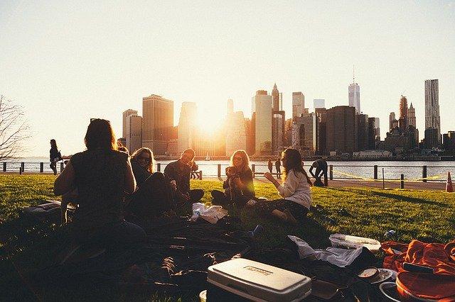 Grupo de personas haciendo un picnic en un parque.