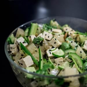 Ensalada de tofu, pepino y brotes con semillas de chía