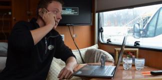 Kevin van Geet voert een telefoongesprek