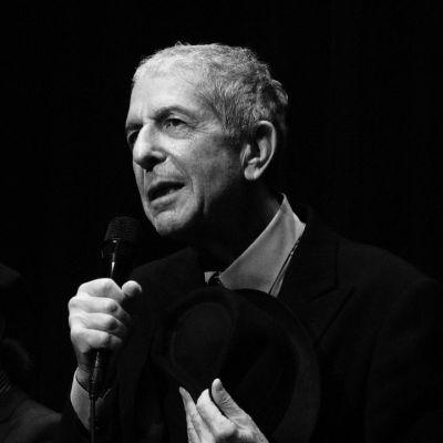 Leonard Cohen, durant le concert donné à Genève dans le cadre de sa tournée de 2008. Photo: Rama. Wikimedia Commons