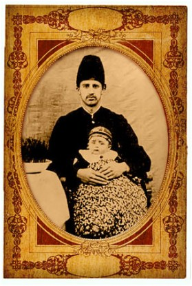 Давид Эхтешамол Хокама, род. ок. 1870 г., с сыном Нооролой. Давид был сыном Хакима Мусы, прапрадеда Эммануила по матери.