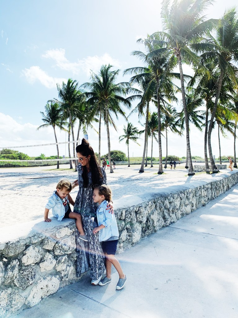 Sharon in Miami met kids en palmbomen
