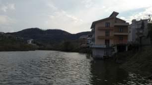 Vilë mbi Liqenin e Thatë. Tirane. Citizens Channel