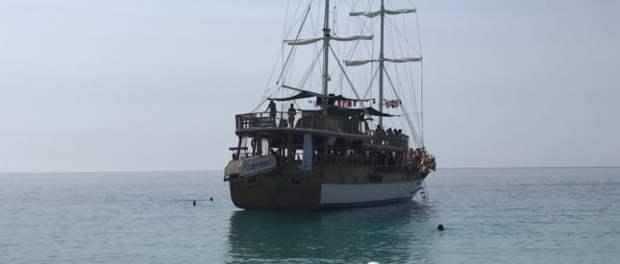 Anija që përshkon brigjet e Sarandës. Foto: Suada Daci