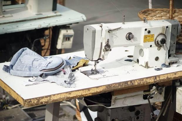 Krijimi i një çante nga një palë xhinse të përodrura. Foto: Recycle Jeans Citizens Channel
