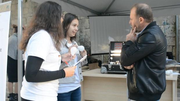 Nxënëse të gjimanzit Sami Frashëri duke informuar kalimtarë të rastit. Foto: Marinela Lina / Citizens Channel