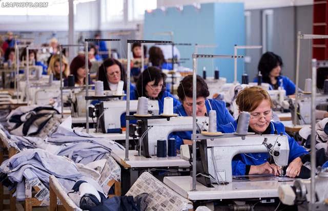 Industria fasone: mijra punonjës të privuar nga kushte të denja pune