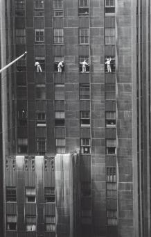 1958 Laveurs de vitres, 48e rue, New York Photographie par Inge Morath