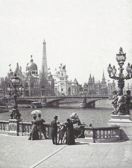 Vue du Pont Alexandre III, en regardant à gauche, avec la Tour Eiffel dans le fond