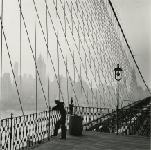 Un marin sur le Brooklyn Bridge, New York City. Fritz Henle. 1950