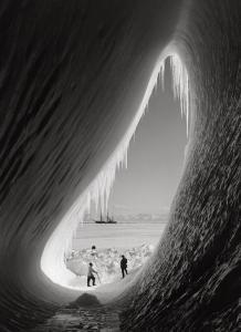Membres de l'expédition de Robert Scott au Pôle Sud devant la silhouette de leur navire, le Terra Nova en 1911