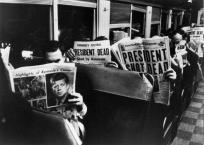 New Yorkais lisant les journaux sur l'assassinat de Kennedy, novembre 1963