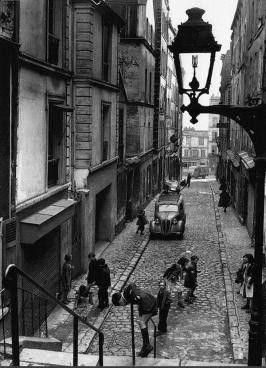Paris - Le passage Julien-Lacroix en 1953. Une photo de © Robert Doisneau