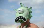 Seorang peserta festival menggunakan topeng dengan muka yang aneh (terlihat seperti monster bukan?). © AP Photo/Andy Barron, Reno Gazette Journal