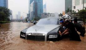 Mobil Mewah Rolls Royce Didorong Sejumlah Warga Karena Mogok di Tengah Jalan.