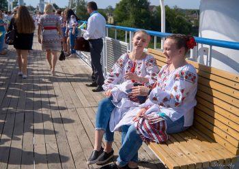 День вышиванки в городе Изюме на пешеходном мосту (фото)