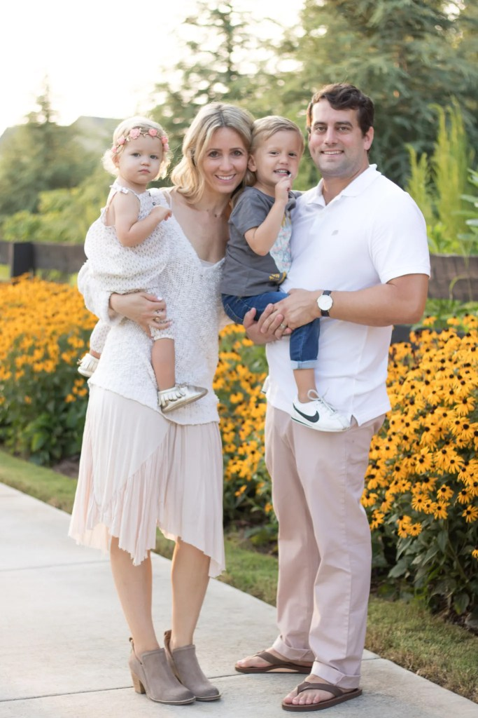 family-photo-outfits-summer-flowers-outlet-shopping-city-peach