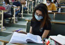 Φοιτητές με μάσκα