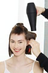 Na temenu uporabite navijalke, da bodo lasje imeli več volumna. // Foto: Beiersdorf AG