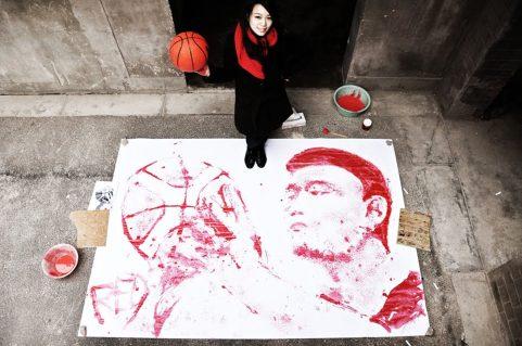 Portret kitajskega košarkarja Yao Minga, naslikan s košarkarsko žogo.