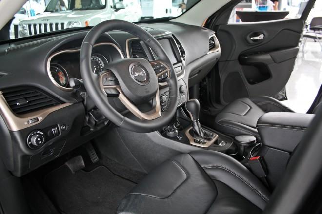 Notranjost bo pričakovano prestižna, veliko bo tudi napredne tehnike in udobnostnih dodatkov. Pri prvem velja omeniti parkirno asistenco in radarski tempomat, slednjem električno odpiranje prtljažnih vrat in ogrevane sedeže v obeh vrstah.