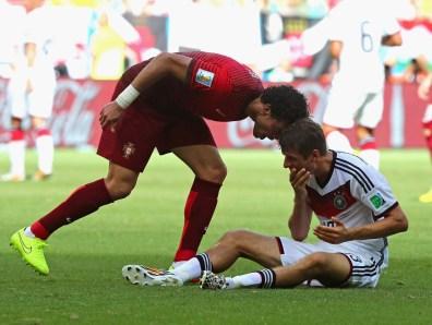 Še eden tistih nogometaše, h katerim bi po kakšno lekcijo iz igranja lahko prišli študenti AGRFT-ja, je Pepe, ki je že na svoji prvi tekmi na mundialu z Nemčijo 'upravičil sloves igralca brez manir. 'Čelna' je bila sicer daleč od tiste ikonične od Zidana, a tovrstne poteze, četudi zgolj nakazane, so v nogometu nedopustne in če bi z Müllerjem tedaj zamenjala vlogi, bi Pepe na tleh od 'bolečin' verjetno ležal še danes.