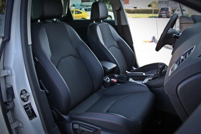 Paket FR med drugim pomeni prisekan športni volanski obroč, sistem prilagajanja vozne dinamike in športne delno usnjene sedeže, pri katerih pa potnik ob vstopanju rad zadane ob izbočeno stranico.