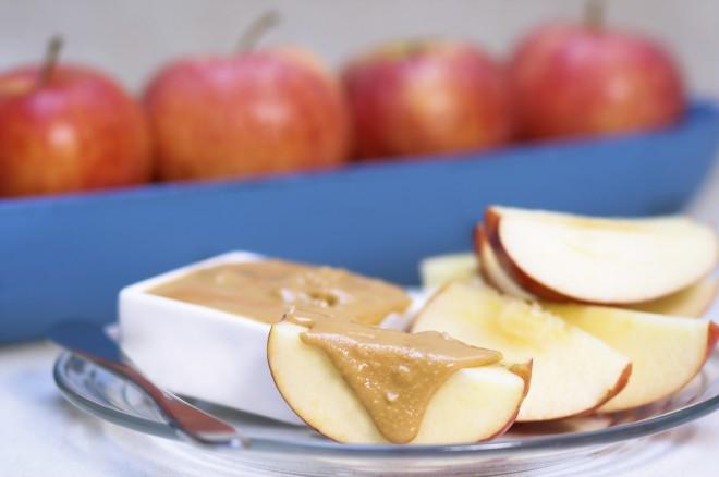 Žačinite jabolka s kikirikijevim maslom.