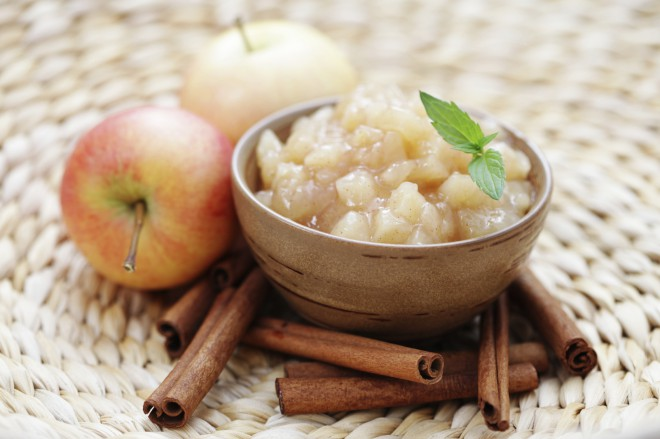 Jabolka lahko začinimo s cimetov, mandljevim namazom ali kikirikijevim maslom.