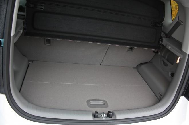 Prtljažnik v vseh različicah v osnovi meri 354 litrov, s podiranjem sedežne klopi pa prostor na raste na največ 1.367 litrov. Bencinska in dizelska različica pa imata pod dvojnim še prostoren predal, ki je pri električni različici zaradi baterijskega sklopa občutno manjše velikosti.