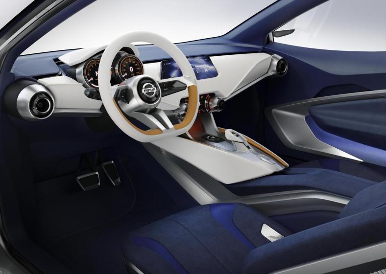 Notranjost je izredno prečiščena, zračna in moderna. Posebnost predstavljajo ultra lahki sedeži z vidno aluminijasto strukturo in prisekan volanski obroč majhnega premera.