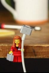 Lego kocke lahko uporabite kot držalo za USB kable ali kable od polnilcev.